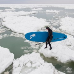 paddle-boarding-among-icebergs-lake-michigan-12