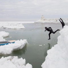 paddle-boarding-among-icebergs-lake-michigan-15