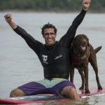 Установлен рекорд по самому продолжительному серфингу человека с собакой