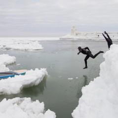 paddle-boarding-among-icebergs-lake-michigan-15