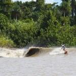 Кай Бейтс серфит встречается с приливной волной